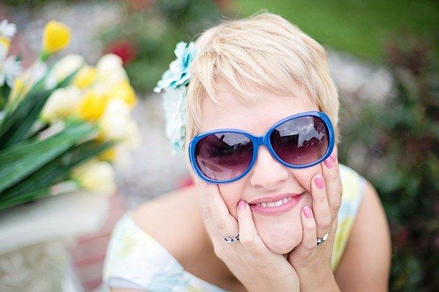 Jak wykonywać makijaż do okularów, a jaki do soczewek? Najlepsze wskazówki